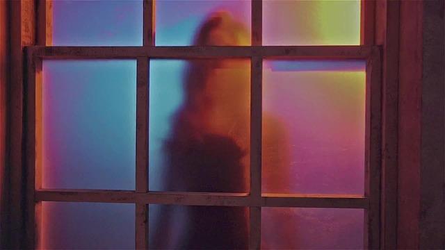 žena za skleněnými dveřmi