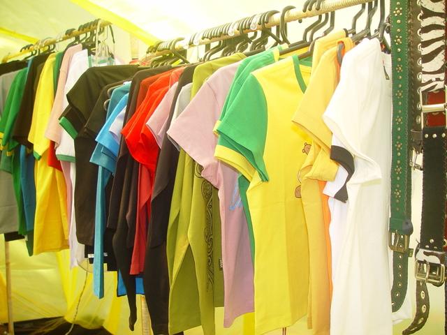 Vešiaky s tričkami, obchod s tričkami.jpg