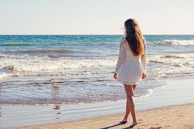žena v minišatách pri mori.jpg