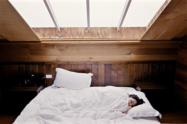 žena spiaca vo veľkej posteli