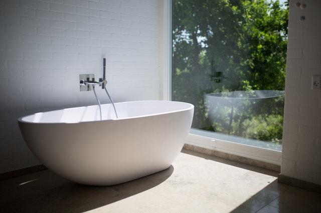 Kúpeľňa s bielou vaňou a veľkým oknom.jpg