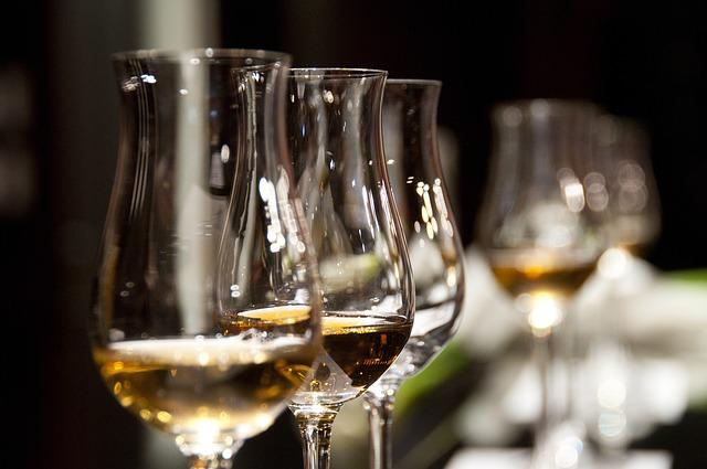 slávnostný prípitok s alkoholom