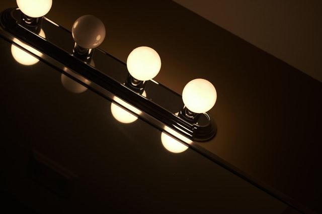 Zapálené svetielka na zrkadle