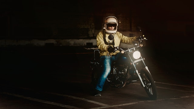 Človek na motorke, garáž, podchod, tma