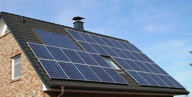 Strecha rodinného domu so solárnymi panelmi