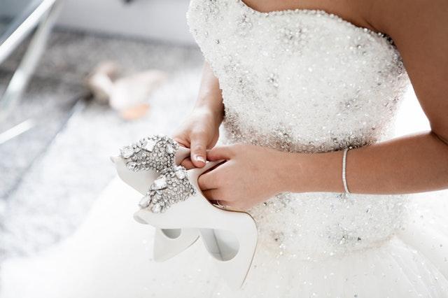Žena vo svadobných šatách so strieborným zdobením.jpg