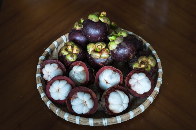 Hnedý košík naložená exotickým ovocím