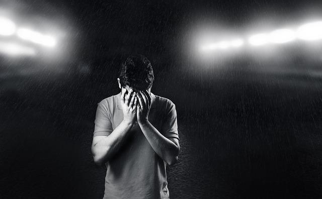 Smútok, mužská postava, hlava v dlaniach.jpg