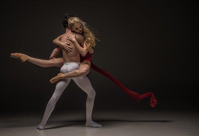 Muž a žena tancujú